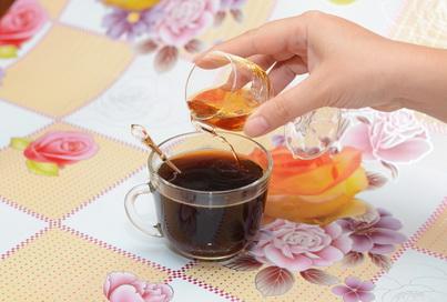 Добавляем коньяк в чашку с кофе