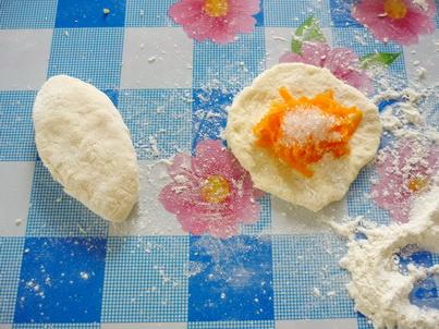 Наполняем пирожки тёртой тыквой с сахаром