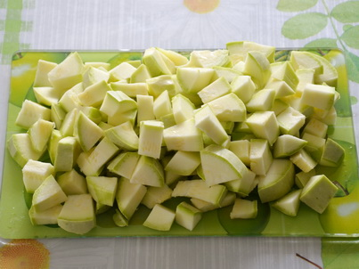 Нарезаем кабачка для супа-пюре