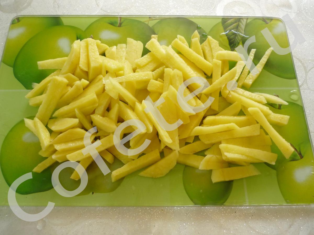 Нарезаем картошечку соломкой для супа