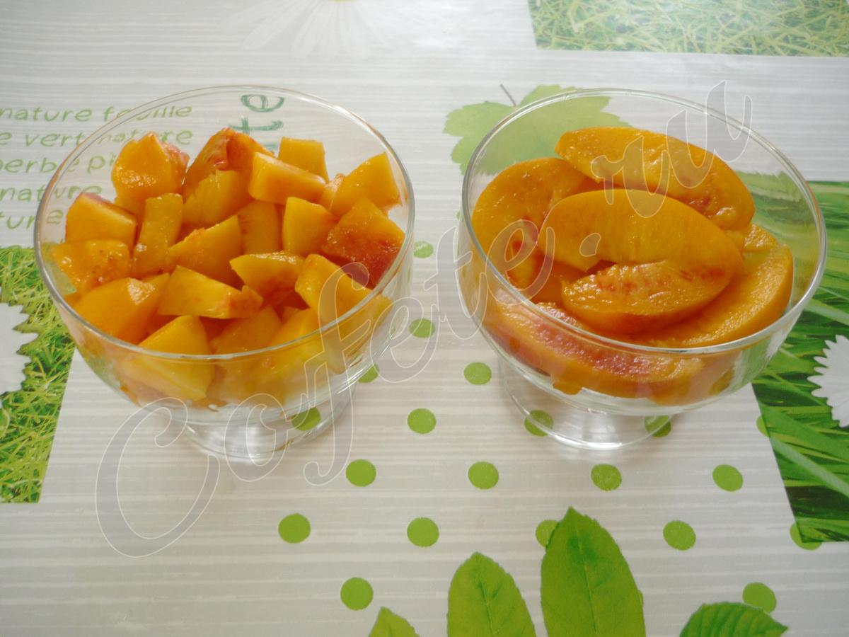 Нарезаем персики на кусочки