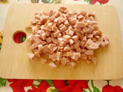 Нарезаем сосиски кубиками