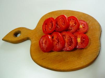 Нарезаем помидоры для салата