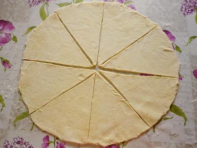 Нарезаем раскатанное тесто на ломтики