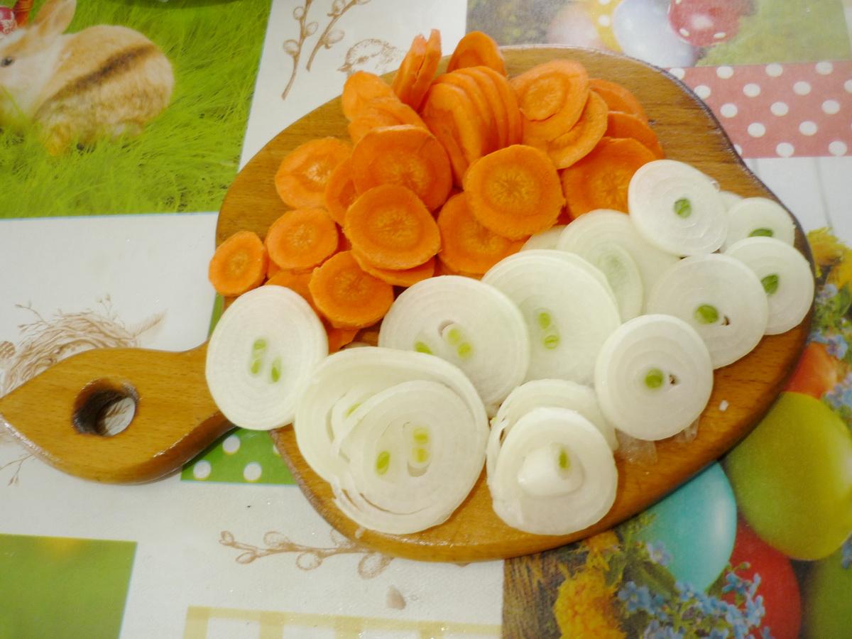 Нарезали ломтиками лук и морковь