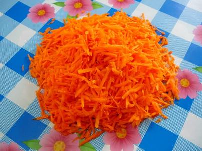 Натираем на тёрке морковь