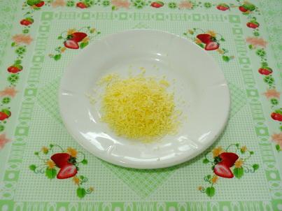 Натираем сыр на мелкой тёрке