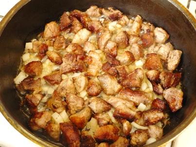 Обжариваем кусочки свинины на сковороде
