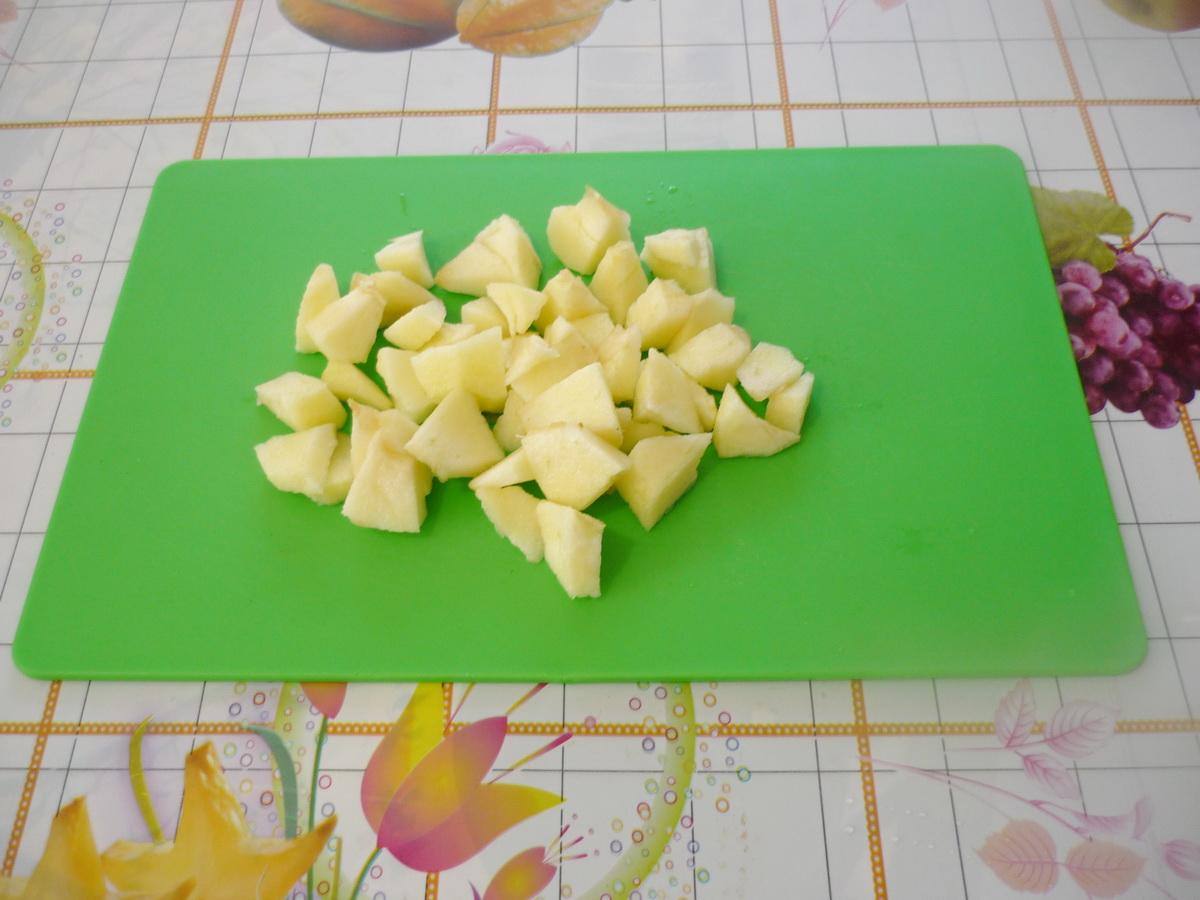 Очистили и нарезали яблоко