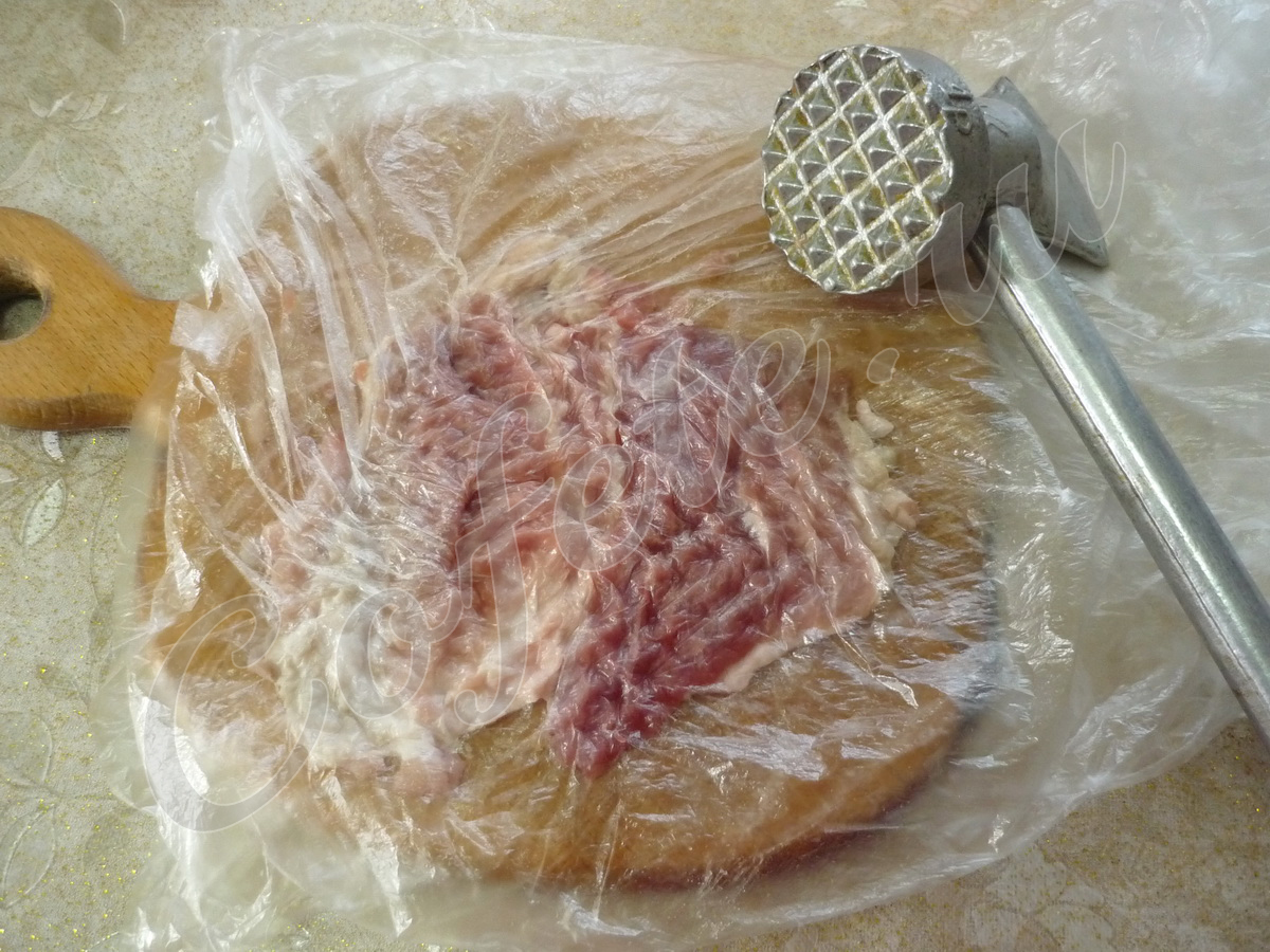 Отбиваем мясо кухонным молотком