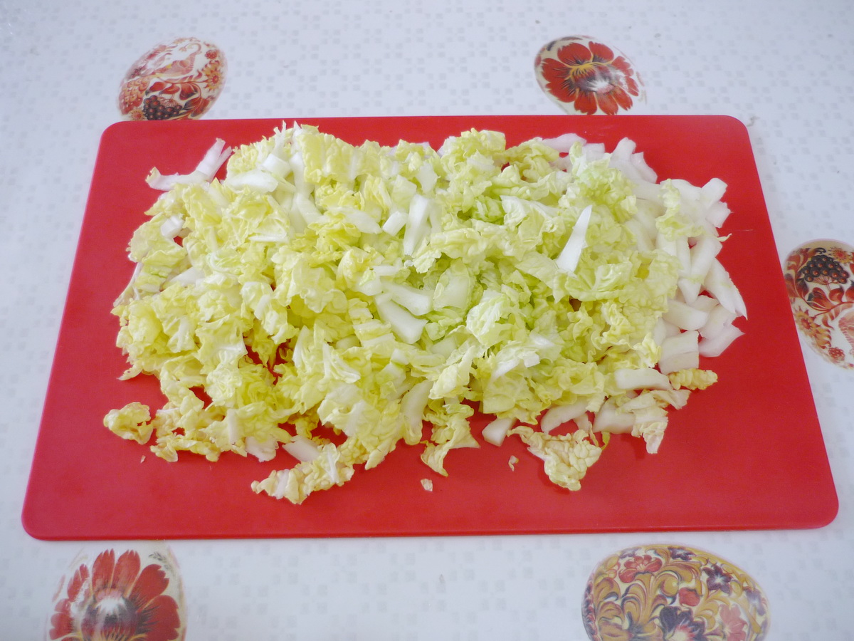 Нарезали пекинскую капусту