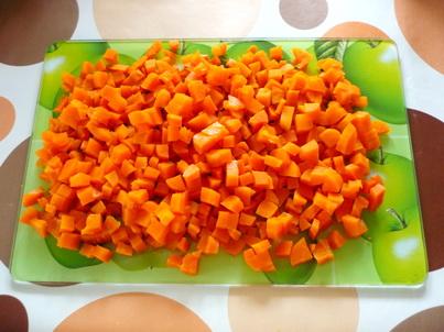 Порезанная отваренная морковь