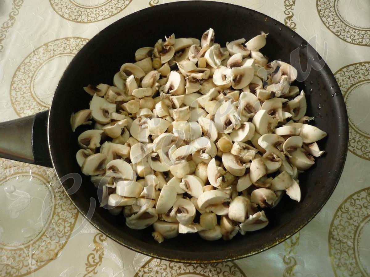 Порезанные шампиньоны на сковороде