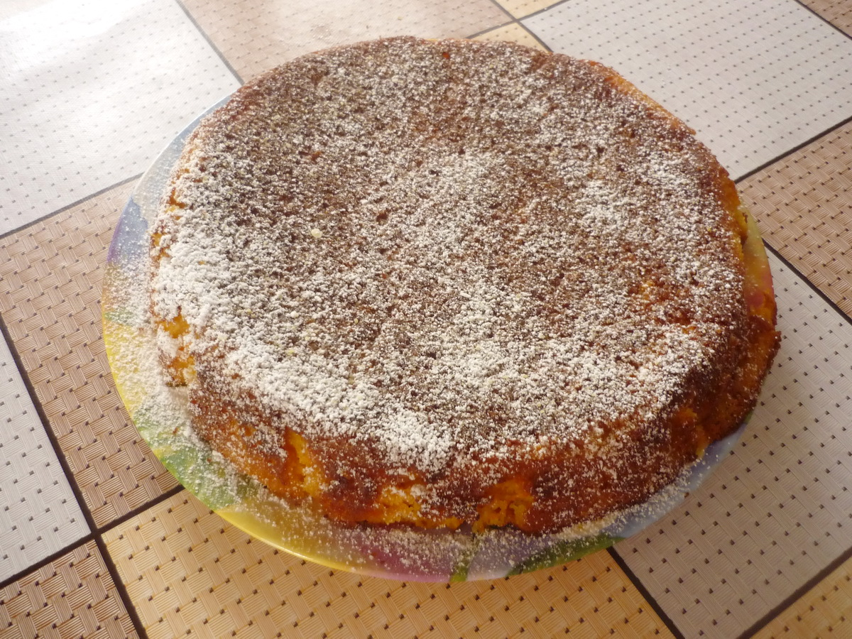Посыпаем готовый пирог сахарной пудрой