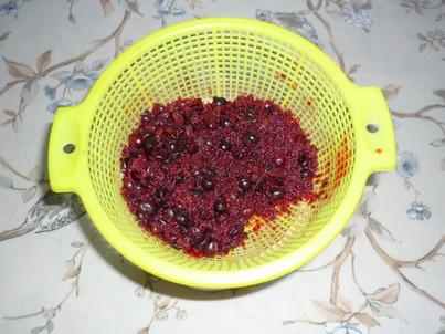 Процеживаем ягодный раствор