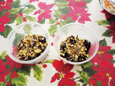 Раскладываем по креманкам орехи и сливы