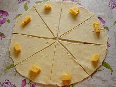 Раскладываем на тесто кусочки сыра