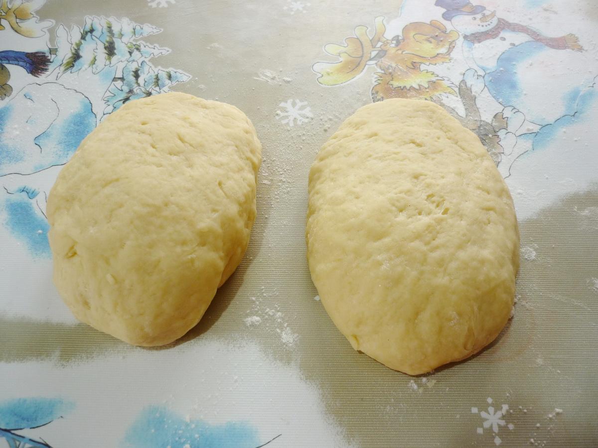 Разделили тесто на две части