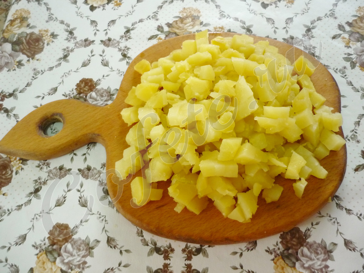 Нарезаем вареную картошку кубиками