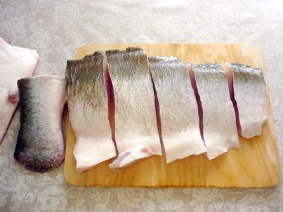 Режем рыбу на полоски