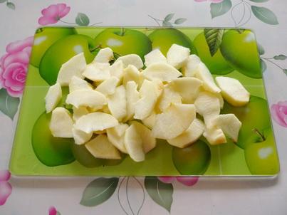 Нарезаем яблоки на маленькие дольки