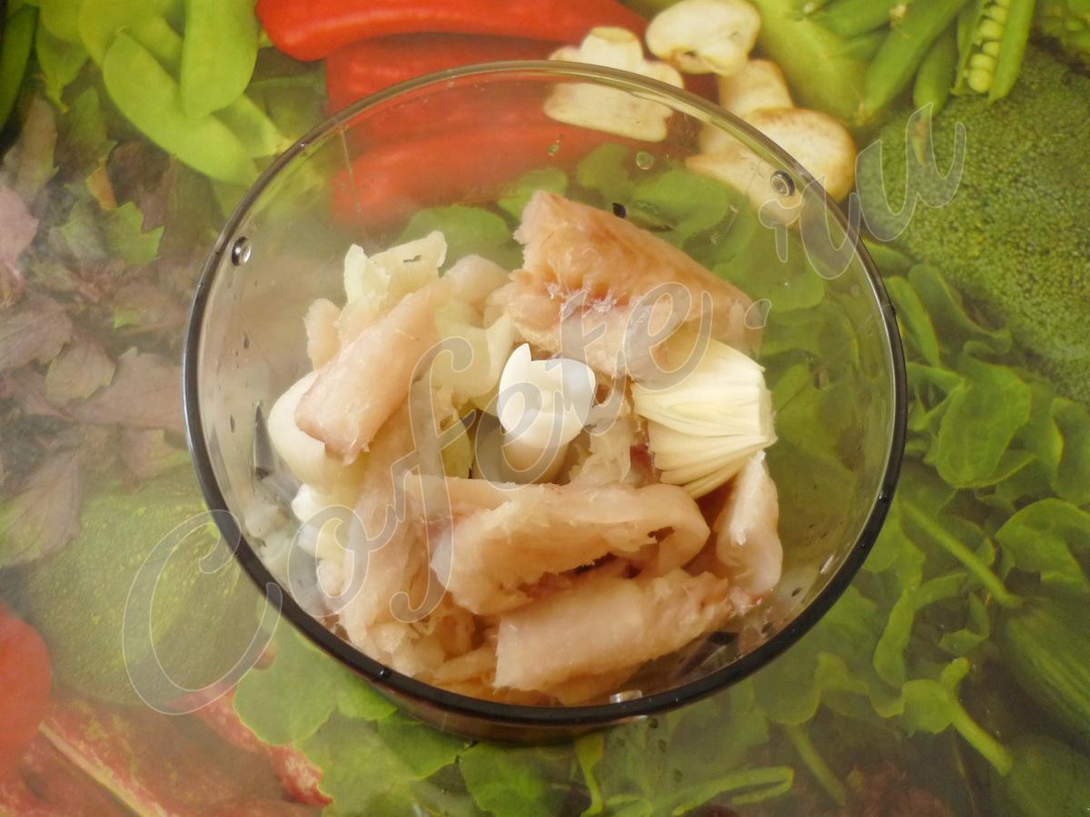 Рыба и лук в чаше блендера