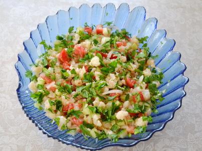 Готовый салат из цветной капусты с овощами
