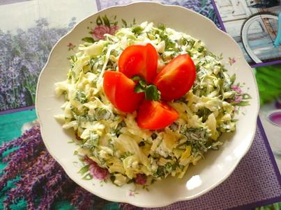 Салат из ранней капусты, украшенный помидорами