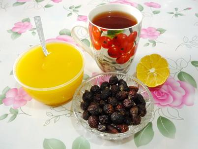 Шиповник, мёд и чашка чёрного чая