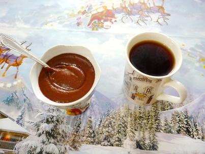 Шоколадная паста и чашечка кофе