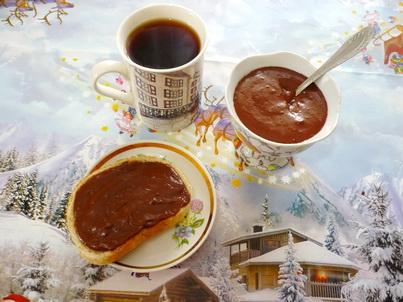 Шоколадная паста на кусочке хлеба