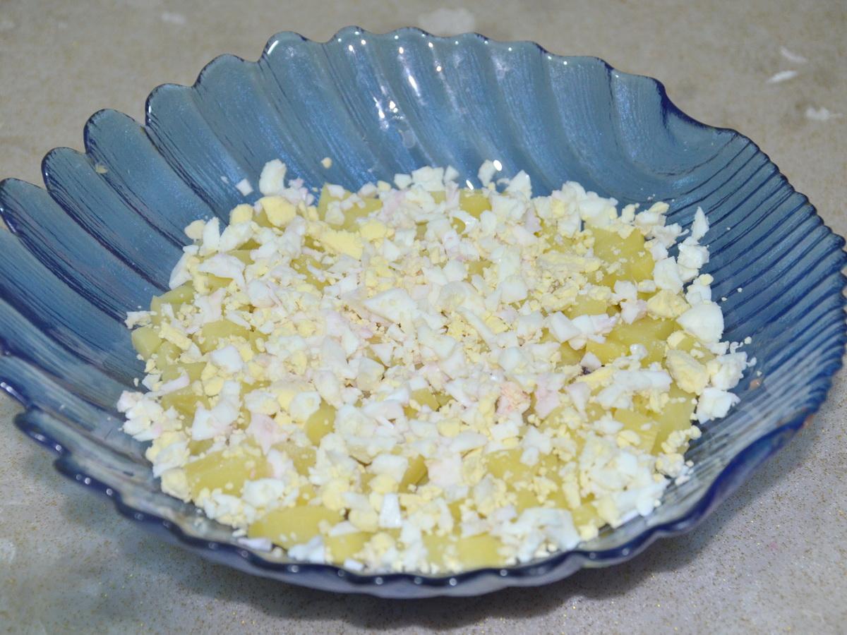Четвёртый слой - вареные яйца, мелко нарезаем