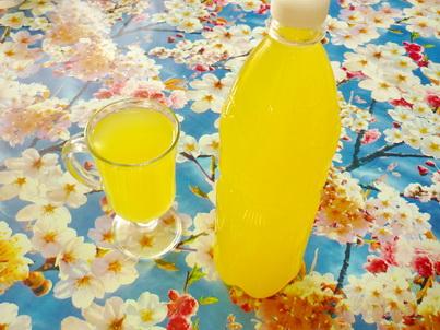 Стакан апельсинового напитка