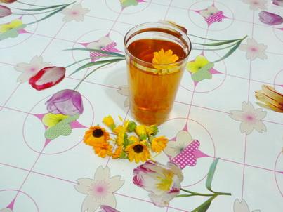 Стакан чая из календулы