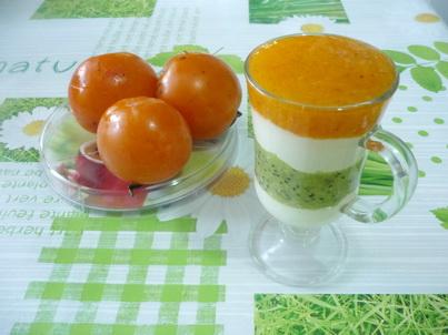 Хурма и стакан творожного десерта