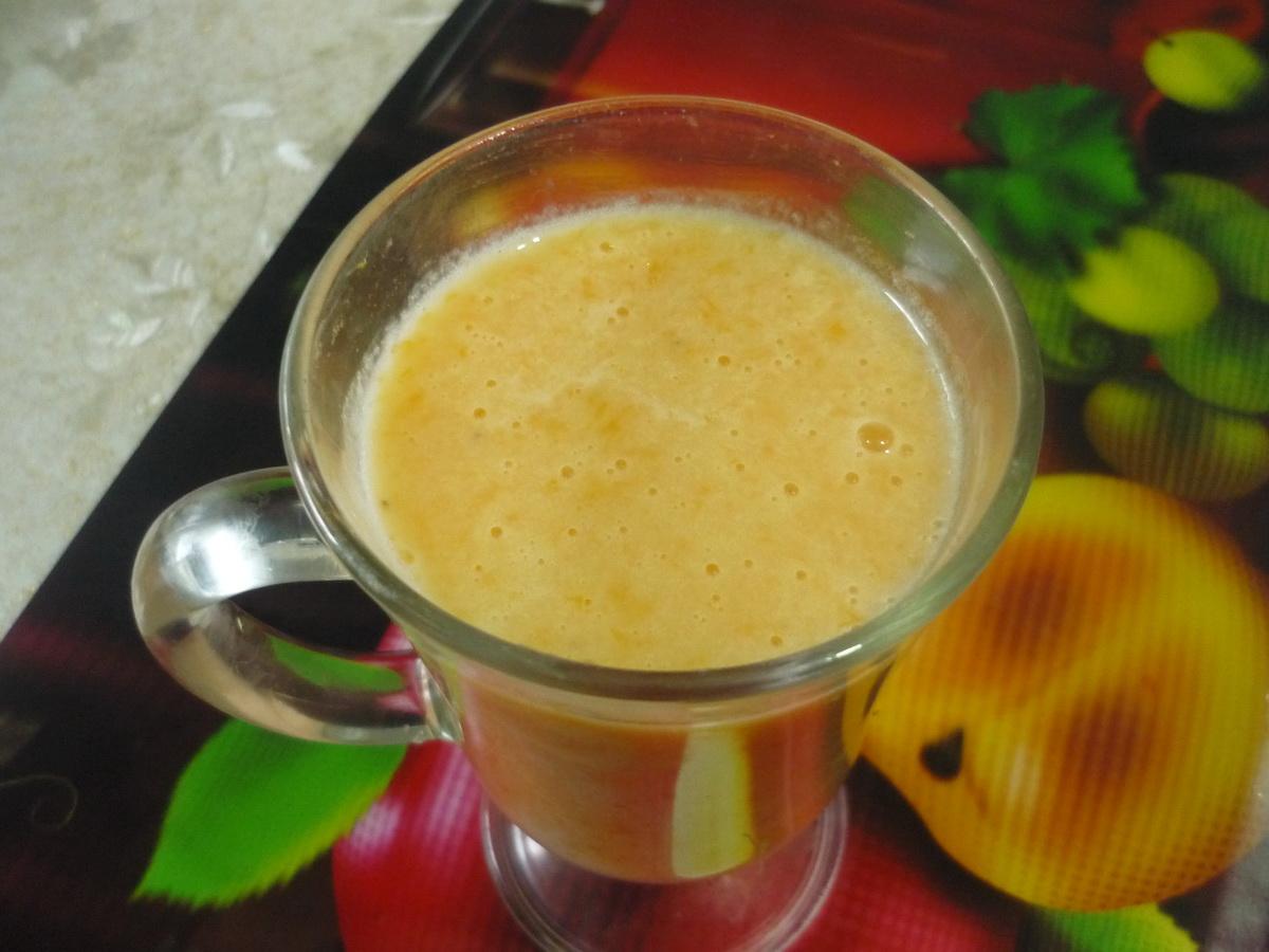 Стакан мандарино-бананового смузи