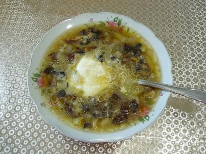 Суп из сушёных грибов в тарелке