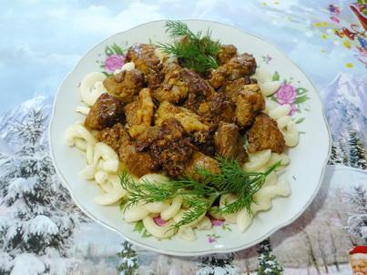Свинина с макаронами в тарелке