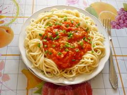 Тарелка спагетти с томатом