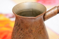 Готовим кофе в медной турке