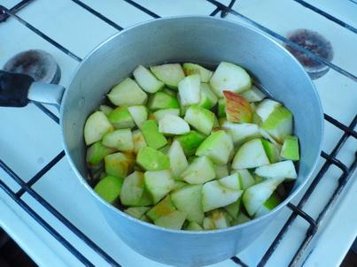 Тушим нарезанные яблоки