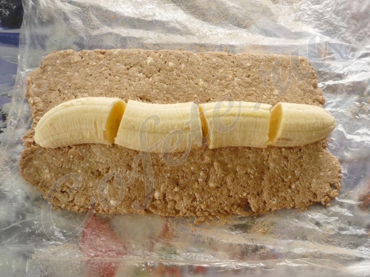 Укладываем банановую колбаску