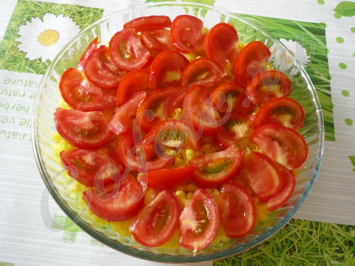 Укладываем ломтики помидоров