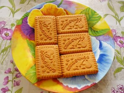 Укладываем печенье на тарелку