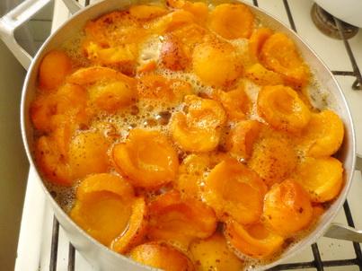 Варим абрикосы в алюминиевой кастлюле