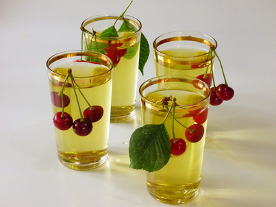 Четыре чашки вишнёвого чая