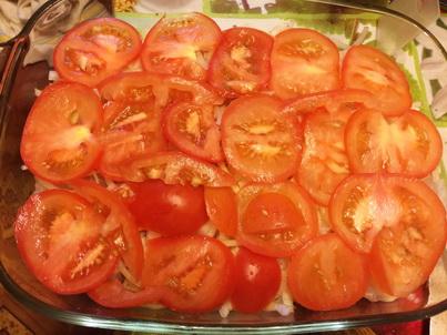 Выкладываем слой из кусочков помидора