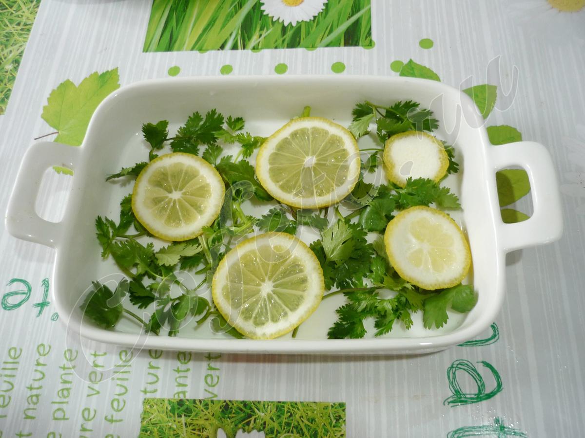 Выкладываем кинзу и дольки лимона