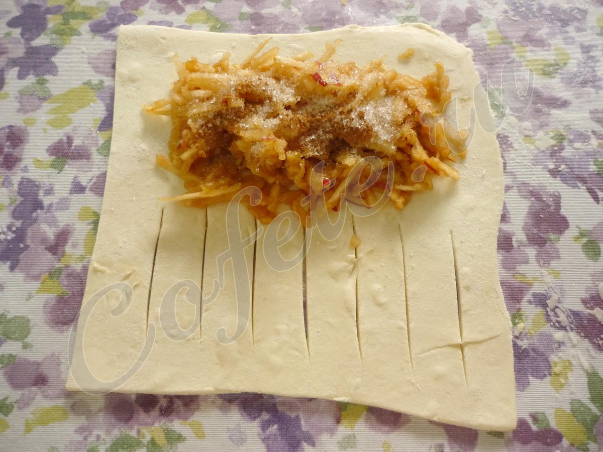 Выкладываем на тесто яблоки. Посыпаем сахаром и корицей