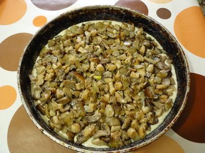 Выкладываем грибы на тесто